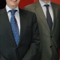 スーツ姿の男性2人
